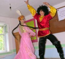 7-After the workshops in Angren the students put on a cultural showcase with traditional Uzbek dancing and costumes.jpg